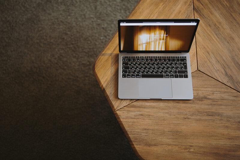 минимализм ноутбук мак на столе